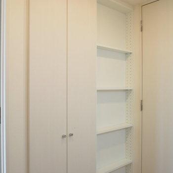 キッチン後ろの収納棚が便利。 ※4階同間取り別部屋の写真です