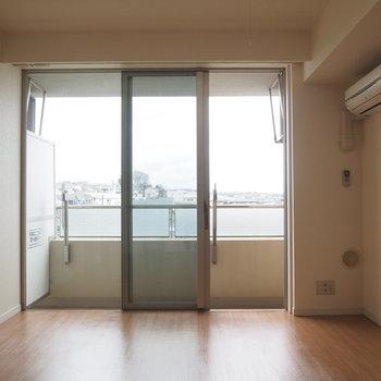 窓が大きくて開放的! ※4階同間取り別部屋の写真です