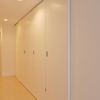 この扉は、何だろう?。※写真は、同じタイプの713号室。