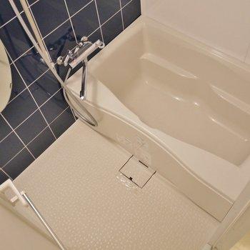 清潔感タップリのバスルーム。※写真は、同じタイプの713号室。