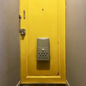 黄色の扉がキュートな玄関