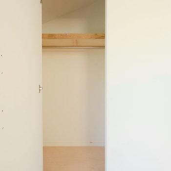 斜めの天井の寝室収納!