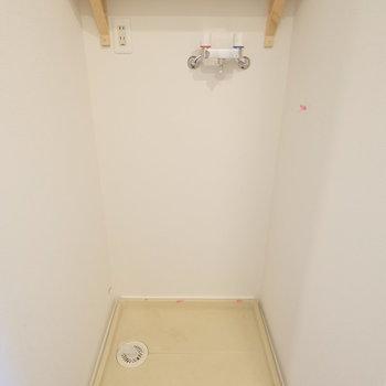 洗濯機置場にも棚がありますよ