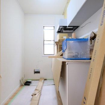 【工事中】キッチンは少し奥まったところにあります。窓があるのは嬉しい◎