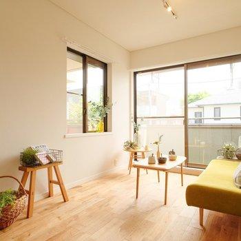 明るい2面採光◎それにしても家具がよく合う無垢床!