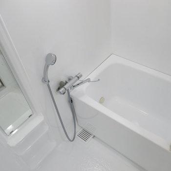 浴室も真っ白に塗装されて清潔感ありますね!