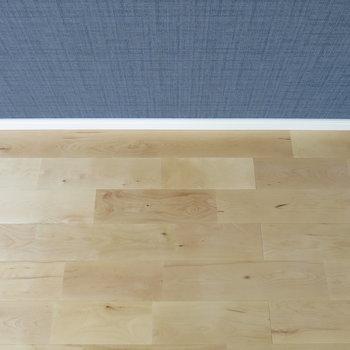 濃紺の壁紙と無垢床のコントラストがかわいい!