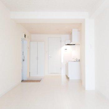 白くて可愛いお部屋ですよ。
