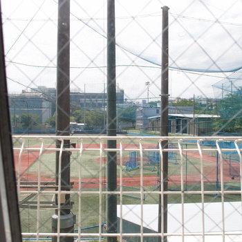 スリット窓から見えた球場