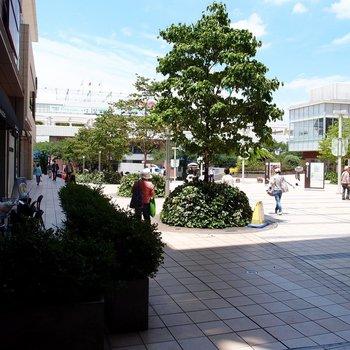 駅を出たところの広場。緑豊かで心地良い