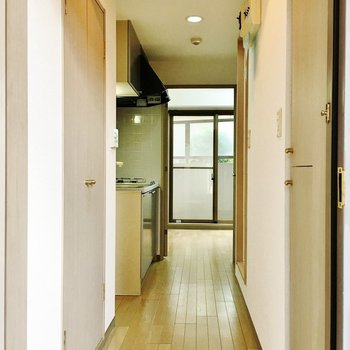 廊下にキッチン※写真は1階別部屋同間取りのものです