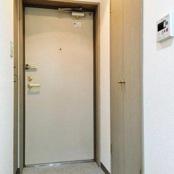 玄関横に洗濯機置き場※写真は1階別部屋同間取りのものです
