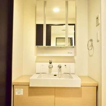 大きな独立洗面台。三面鏡も◎!(※写真は6階の同間取り別部屋のものです)