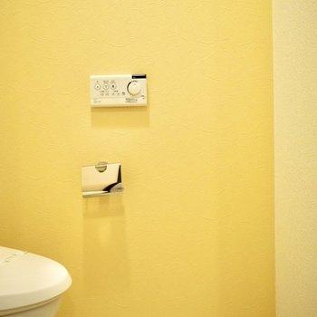 優しい黄色のアクセントクロス。癒されます。(※写真は6階の同間取り別部屋のものです)