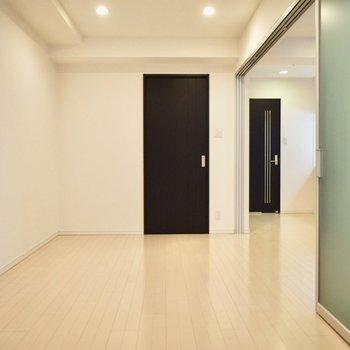 洋室にベッドを置いて、引き戸を閉めれば料理の匂いが広がりません。(※写真は6階の同間取り別部屋のものです)