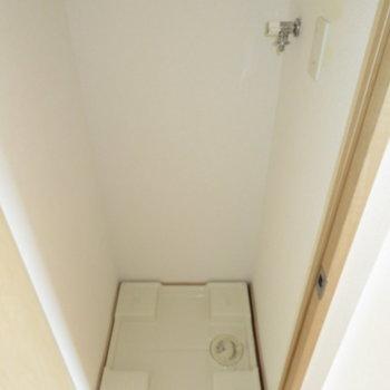 玄関横の扉は洗濯置き場