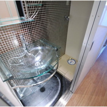 このガラスの洗面台。クリアですね~※写真は8階の同間取り別部屋のものです