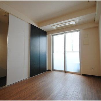 収納とフローリングの色合いがマッチしてますね! ※写真は8階の同間取り別部屋のものです
