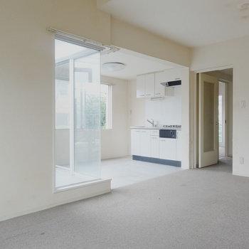 絨毯と土間の切り替えが意外。※写真は2階の反転間取り別部屋です。