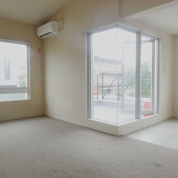 ガラスが多く明るいですね!※写真は2階の反転間取り別部屋です。