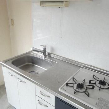 2口コンロと冷蔵庫スペース。※写真は2階の反転間取り別部屋です。