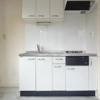 キッチンは上下に収納。※写真は2階の反転間取り別部屋です。