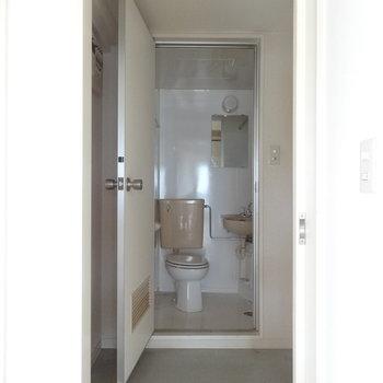 脱衣所は十分な広さ。※写真は2階の反転間取り別部屋です。