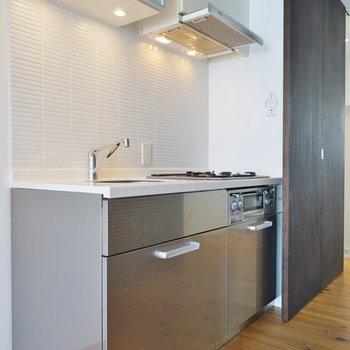 キッチンの壁と照明が素敵でしょ?