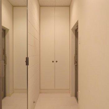 鏡付きのスライドドアがあります*写真は同間取りの2階のお部屋です。