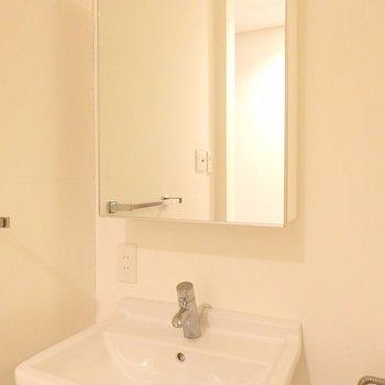 鏡の中に収納出来ちゃうんです♪*写真は同間取りの2階のお部屋です。