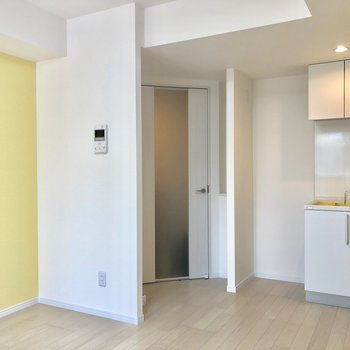 白と黄色が印象的なお部屋。
