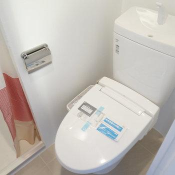 トイレは温水洗浄機能付き!カーテンの向こうは※写真は前回募集時のものです