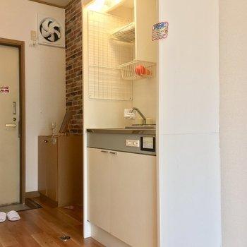 キッチンは居室にむき出し。冷蔵庫は手前に置けそうです