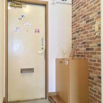 玄関だけレンガ調のアクセントクロス!かわいい〜
