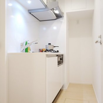 次はキッチン!冷蔵庫は奥におきます。