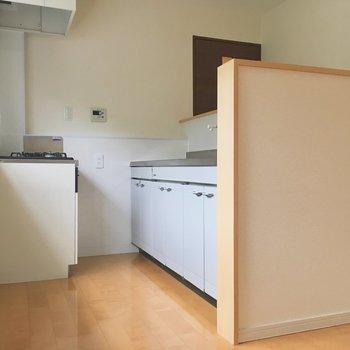 キッチンスペース。コンロの横に棚置いたり◎