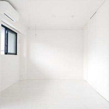 寝室も白基調清潔感が嬉しいかも。