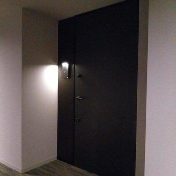 玄関はホテルのような暗さで落ち着く。