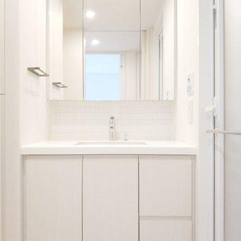 独立洗面台はリッチな鏡面がお出迎え。