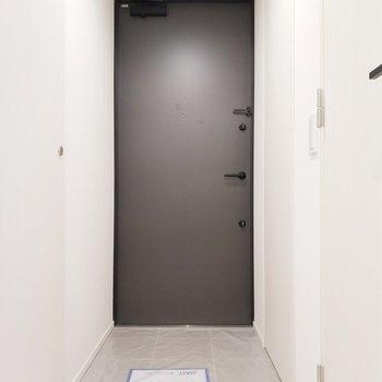 玄関はモノクロで印象的に。