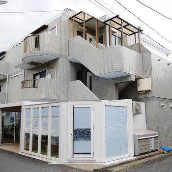 1階にオーガニックカフェが入ったこのマンションです。
