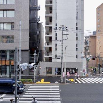 バルコニー眺望目の前に大きな通りが!