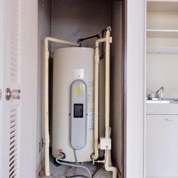 こちらが電気温水器!扉でもちろん隠せます。