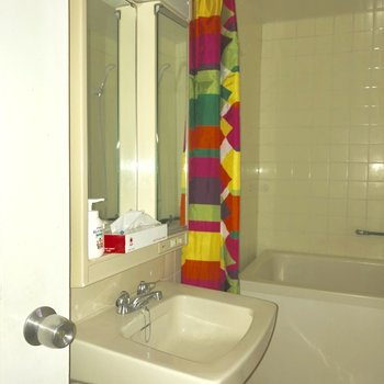 コンパクトな洗面台。※写真は電気がつく前のものです。