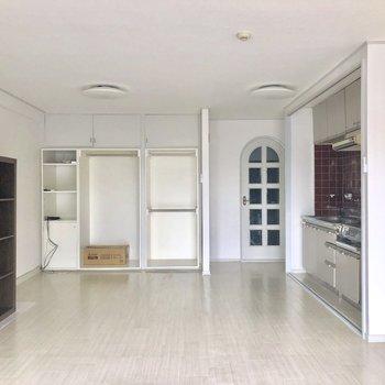 白を基調としたお部屋。※写真は電気がつく前のものです。※家具付きです。ご希望であれば撤去も可能です。