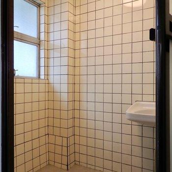 タイル張りの浴室。