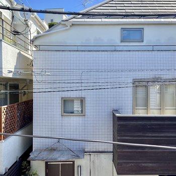 窓からの眺望は通りを挟んでお向さんが見えます。