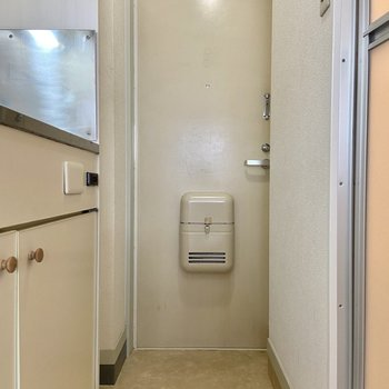 玄関は廊下からスムーズな動線。