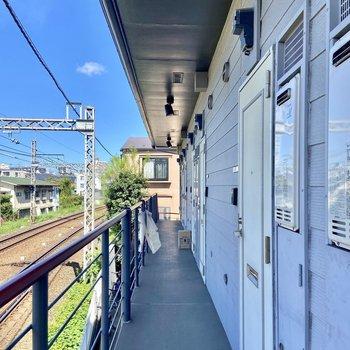 共用廊下からは線路が見えますよ。
