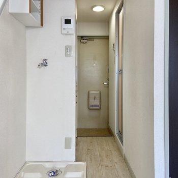 廊下の手前に洗濯機を置けます。上部の収納も活用しましょう。